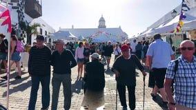 Teguise, Lanzarote wyspa, wyspy kanaryjskie Hiszpania, Dec, - 16, 2018: Ludzie chodzi rzut Wielki tradycyjny rynek na Niedzieli zbiory wideo