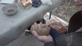 Teheran, der Iran - 2019-04-03 - Stra?en-K?nstler Carves Head stock video
