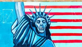 TEHERAN IRAN - NOVEMBER 05, 2016: Iransk propagandaväggmålning på väggen av den tidigare USA-ambassaden i Teheran Royaltyfria Bilder