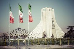 TEHERAN IRAN - OKTOBER 03, 2016: Azadi torn med flasgs av Ira Fotografering för Bildbyråer