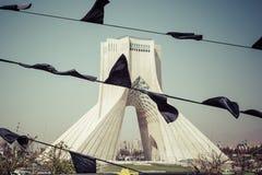 TEHERAN IRAN - OKTOBER 03, 2016: Azadi torn med flasgs av Ira Royaltyfria Foton