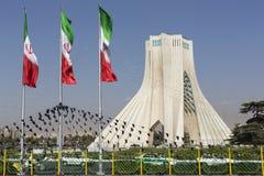 TEHERAN IRAN - OKTOBER 03, 2016: Azadi torn med flasgs av Ira Royaltyfri Foto