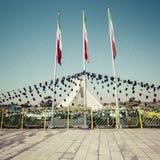 TEHERAN IRAN - OKTOBER 03, 2016: Azadi torn med flasgs av Ira Arkivbild