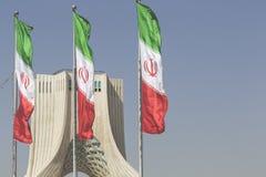 TEHERAN IRAN - OKTOBER 03, 2016: Azadi torn med flasgs av Ira Arkivfoton