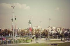 TEHERAN IRAN - OKTOBER 03, 2016: Bostads- byggnader framme Arkivfoto