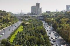 TEHERAN, IRAN - OKTOBER 05, 2016: De brug van het Tabiatstaal verbindt tw Royalty-vrije Stock Afbeeldingen