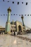 TEHERAN IRAN - OKTOBER 03, 2016: Folk som går runt om Emamzade Arkivfoton