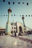 TEHERAN IRAN - OKTOBER 03, 2016: Folk som går runt om Emamzade Arkivfoto