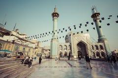 TEHERAN IRAN - OKTOBER 03, 2016: Folk som går runt om Emamzade Royaltyfri Fotografi