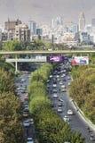 TEHERAN IRAN - OKTOBER 03, 2016: Teheran horisont och grönska in Royaltyfri Foto