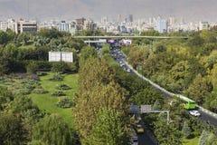 TEHERAN IRAN - OKTOBER 03, 2016: Teheran horisont och grönska in Arkivbild