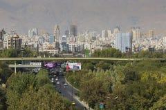 TEHERAN IRAN - OKTOBER 03, 2016: Teheran horisont och grönska in Arkivbilder