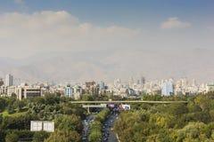TEHERAN IRAN - OKTOBER 03, 2016: Teheran horisont och grönska in Arkivfoto
