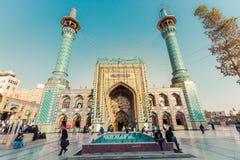 TEHERAN IRAN, PAŹDZIERNIK, - 03, 2016: Ludzie chodzi wokoło Emamzade Obraz Royalty Free