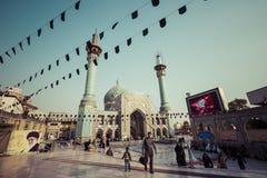 TEHERAN IRAN, PAŹDZIERNIK, - 03, 2016: Ludzie chodzi wokoło Emamzade Zdjęcia Royalty Free