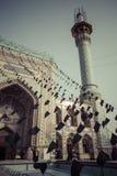 TEHERAN IRAN, PAŹDZIERNIK, - 03, 2016: Ludzie chodzi wokoło Emamzade Obraz Stock