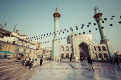 TEHERAN IRAN, PAŹDZIERNIK, - 03, 2016: Ludzie chodzi wokoło Emamzade Fotografia Royalty Free