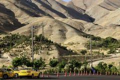 TEHERAN, IRAN 17 SETTEMBRE 2018: Taxi di parcheggio al piede delle montagne di Alborz a Teheran, Iran fotografia stock libera da diritti