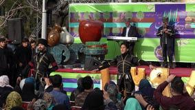 Teheran, Iran - 2019-04-03 - spettacolo giusto 2 della via - ballo iraniano tradizionale stock footage