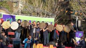 Teheran, Iran - 2019-04-03 - spettacolo giusto 1 della via - Tamborines stock footage