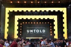 Tehnician ustawia scenę zaświeca przed koncertem Zdjęcie Stock