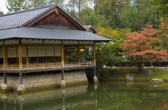 Tehus i japanträdgård Arkivfoton