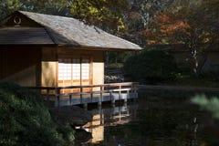 Tehus i japanträdgårdhöst Arkivfoto