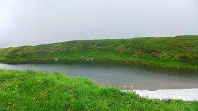 Teich auf Bergspitze stockfoto