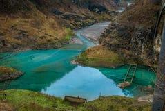 Teich in den Bergen lizenzfreies stockfoto