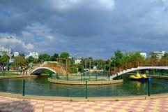 Teich in den ? Park- und Sturmwolken Stockbild