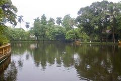 Teich in einem Garten an Ho Chi Minhs Wohnsitz stockbild