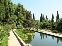 Teich im Garten stockfotos
