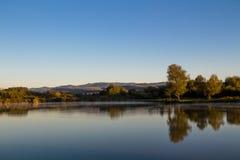 Teich mit den Hügeln im Hintergrund Stockfotos