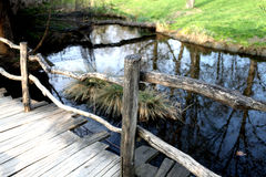 Teich mit hölzerner Brücke Stockbilder