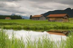 Teich mit Hütten Stockbild