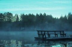 Teich nach kühler Nacht in Finnland Lizenzfreie Stockfotos