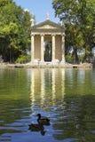 Teich und Tempel von Aesculapius, Landhaus Borghese arbeitet, Rom im Garten Lizenzfreie Stockfotografie
