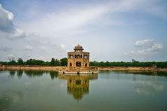 Teich von Hiran Minar (Rotwildkontrollturm Teich) stockbild