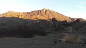 Teide-Vulkan an der Dämmerung im Dezember, Kanarische Inseln Teneriffas Ansicht des Vulkans, ein Brummen fliegend Vulkan-versengt stock video footage