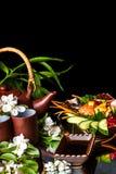 Teiera asiatica con i fiori e l'alimento del gelsomino Immagini Stock