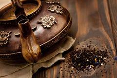 Teiera calda del ferro antico su fondo di legno scuro Fotografia Stock