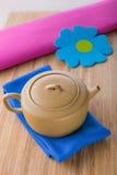 Teiera ceramica cinese con il fiore Fotografie Stock Libere da Diritti