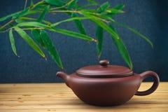 Teiera ceramica con le foglie di bambù Fotografia Stock Libera da Diritti