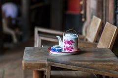 Teiera cinese d'annata e tazze di tè sulla tavola di legno, tè cinese Fotografie Stock