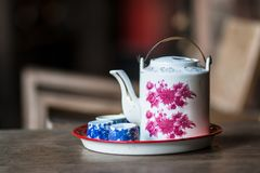 Teiera cinese d'annata e tazze di tè sulla tavola di legno, tè cinese Fotografia Stock