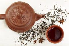 Teiera, ciotola, tè e anice stellato dell'argilla Fotografia Stock