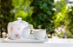 Teiera con la tazza di tè sul balcone Immagini Stock Libere da Diritti