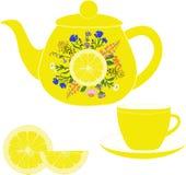 Teiera con la tazza, le erbe ed il limone Fotografie Stock Libere da Diritti