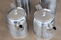 Teiera d'argento sulla tavola Immagini Stock Libere da Diritti