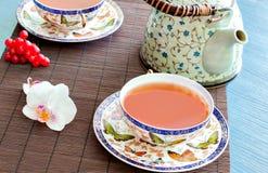 Teiera del tè su bambù Fotografie Stock